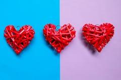 Le coeur en bois rouge handcraft sur un fond de ton de duo Images libres de droits