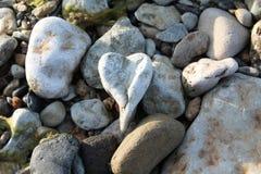 Le coeur en pierre a créé par nature sur une longue période photographie stock libre de droits