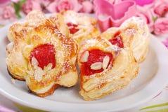 Le coeur et la fleur ont formé des biscuits de pâte feuilletée pour des valentines Photos libres de droits