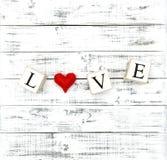 Le coeur et la lettre rouges aiment la décoration de jour de valentines Image libre de droits