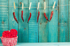 Le coeur et le piment fort rouges poivrent sur le fond en bois Fond de vacances Fond de jour de valentines Images libres de droits
