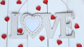 Le coeur et le mot `` aiment `` sur le mur en bois Photo libre de droits