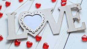 Le coeur et le mot `` aiment `` sur le mur en bois Photos stock