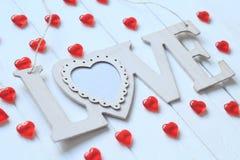 Le coeur et le mot `` aiment `` sur le mur en bois Photographie stock
