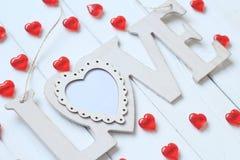 Le coeur et le mot `` aiment `` sur le mur en bois Photographie stock libre de droits