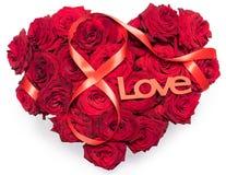Le coeur a fait aux roses rouges le bouquet le schéma de ruban rouge 8 fond blanc d'isolement par amour des textes de signe d'inf Photos stock
