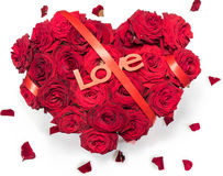 Le coeur a fait aux roses rouges le bouquet ruban rouge textoter des pétales d'amour a isolé le fond blanc Images stock