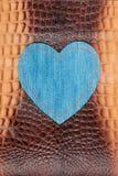 Le coeur fait de denim se trouve sur la peau de crocodile L'espace pour le texte Photos libres de droits