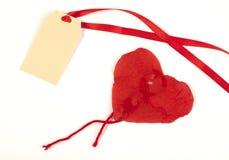 Le coeur a fait le papier et le label rouges courbés par ââof Images stock