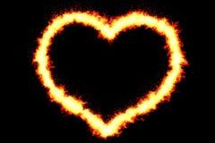 Le coeur fait par la combustion flambe sur le fond noir avec des particules, le Saint Valentin et amour du feu Images libres de droits