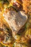 le coeur fin-a fait la pâte sur une cuisson Photographie stock