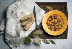 Le coeur, le foie et l'estomac de poulet ont grillé des pommes de terre dans un hospice viande Apéritifs chauds Images libres de droits