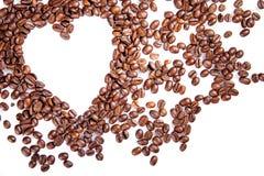Le coeur font des grains de café de petit morceau sur le fond blanc Images libres de droits