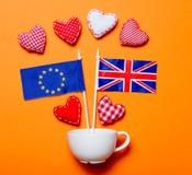 Le coeur forme avec des drapeaux des syndicats et du Royaume-Uni de l'Europe Images stock