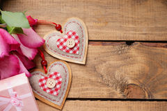 Le coeur forme avec le boîte-cadeau et les fleurs sur la table en bois Image stock