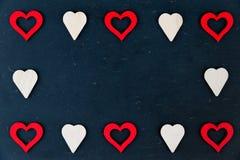 Le coeur forme des symboles d'isolement sur l'espace noir et disponible de copie, concept d'amour Images stock