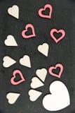 Le coeur forme des symboles d'isolement sur le noir, filtre de vintage appliqué, l'espace disponible de copie, concept d'amour Images libres de droits