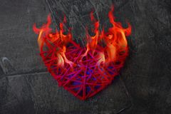Le coeur froid fond de la flamme du feu Le coeur est sur le feu Thème pour le jour du ` s de Valentine Photos libres de droits