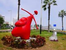 Le coeur a inversé la statue rouge dans le secteur de Miraflores de Lima Image libre de droits