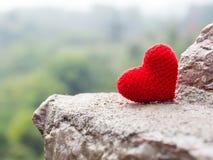 Le coeur mis sur la pierre le fond est une forêt et des montagnes Copiez l'espace pour le texte Jour de valentines, concept d'amo Image stock