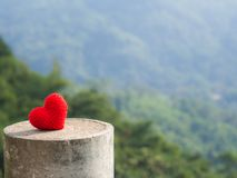 Le coeur mis sur la pierre le fond est une forêt et des montagnes Copiez l'espace pour le texte Jour de valentines, concept d'amo Images stock