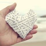 Le coeur a préparé avec les bandes de papier avec les valentines heureuses d des textes Photographie stock