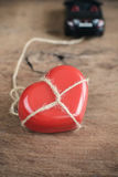 Le coeur qui a attaché avec la corde remorque en la voiture de sport Image libre de droits
