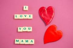 Le coeur rouge à côté du blanc bloque afficher je t'aime le message de maman Photos stock
