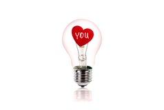 Le coeur rouge à l'intérieur de l'ampoule d'isolement sur le blanc Photographie stock libre de droits