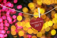 Le coeur rouge accroché sur la corde de chanvre et ont la Saint-Valentin heureuse des textes Photographie stock