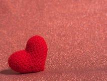 Le coeur rouge de fil sur le plancher rouge et le fond copient l'espace pour le texte Jour de valentines, concept d'amour et fond Photos stock