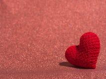 Le coeur rouge de fil sur le plancher rouge et le fond copient l'espace pour le texte Jour de valentines, concept d'amour et fond Image libre de droits