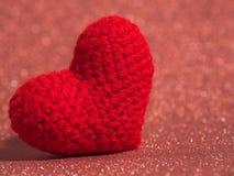 Le coeur rouge de fil sur le plancher rouge et le fond copient l'espace pour le texte Jour de valentines, concept d'amour et fond Photographie stock libre de droits