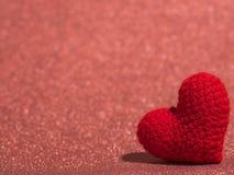 Le coeur rouge de fil sur le plancher rouge et le fond copient l'espace pour le texte Jour de valentines, concept d'amour et fond Photos libres de droits