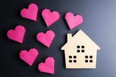 Le coeur rouge de jouet en bois de maison et de boîte de papier forment sur le backgrou noir Images libres de droits