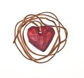 Le coeur rouge en bois enferment avec de la ficelle en cuir Photo stock