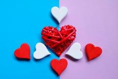 Le coeur rouge et blanc en bois handcraft sur un fond de ton de duo Photos libres de droits