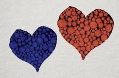 Le coeur rouge et bleu, rempli de ouvre une session le mur en pierre Photographie stock