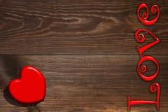 Le coeur rouge et l'inscription sur le fond en bois Photo libre de droits
