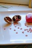 Le coeur rouge et une noix sonnent la boîte dans le côté de portrait Photo stock