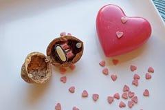Le coeur rouge et une noix sonnent la boîte dans le dessus de paysage Photos libres de droits