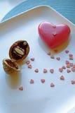 Le coeur rouge et une noix sonnent la boîte dans le dessus de portrait Photographie stock