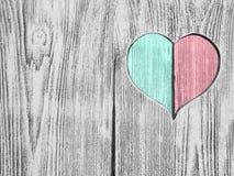 Le coeur rouge et vert a découpé dans un conseil en bois Fond Carte postale, valentine Photographie stock