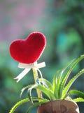 Le coeur rouge fait de serviette, bâton avec le crayon, ruban de lien et ananas de nain dans le vase a formé la botte Images stock