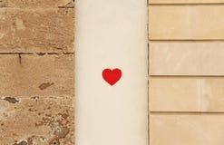 Le coeur rouge a peint sur le mur de la Chambre Mur de la rue art L'isla images stock
