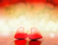 Le coeur rouge sur le fond clair de scintillement dans le concept d'amour Photos stock