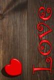 Le coeur rouge sur le fond en bois Photos libres de droits