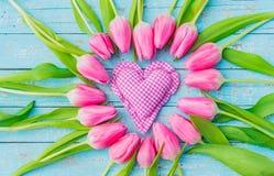 Le coeur rustique d'amour avec les tulipes roses romantiques fleurit Photographie stock libre de droits