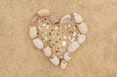 Le coeur se connectent le sable photos stock