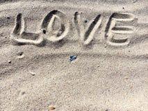 Le coeur se connectent un sable fait de pierres Image libre de droits